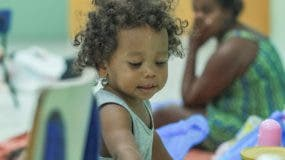 Los niños permanecían jugueteando en los refugios, muy ajenos a las preocupaciones de sus padres por el peligro del huracán Irma. Foto: Elieser Tapia/El Día.