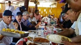 El presidente Danilo Medina almorzó en un comedor de Montecristi junto a funcionarios.