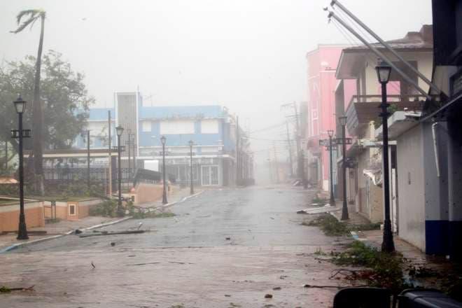 Vuelan techos, se rompen ventanas en Puerto Rico