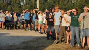 Los residentes del condado de St Johns esperan la llegada de los sacos de arena en Mills Field el viernes 8 de septiembre de 2017 en Jacksonville, Fla. El Centro Nacional de Huracanes dice que el huracán Irma se debilitó un poco más, pero sigue siendo una poderosa amenaza para la Florida.  (Bob Self / The Florida Times-Union)