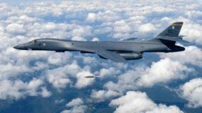 Un bombardero estadounidense B-1B arroja una bomba durante maniobras militares en la península coreana en esta foto suministrada por el Ministerio de Defensa de Corea del Sur el 18 de septiembre del 2017. (Ministerio de Defensa de Corea del Sur via AP)