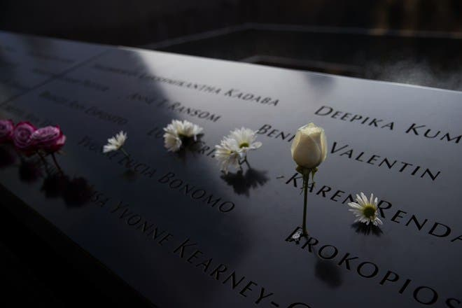 Las flores fueron dejadas en el sitio del monumento del norte de la piscina antes de una ceremonia de conmemoración para las víctimas de los ataques terroristas del 11 de septiembre en el monumento nacional del 11 de septiembre, AFP