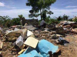 Restos de una de las casas destruidas con la pala mecánica.