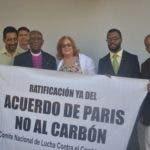 El obispo de la iglesia Episcopal dominicana, Telésforo Isaac, se une a los representantes de las organizaciones que reclamaban en la mañana de hoy, ante la Cancillería, que se comunique de inmediato la ratificación del Acuerdo de París sobre el Cambio Climático.