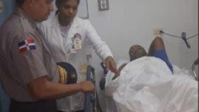 Foto de archivo del momento en que el director de la Policía, mayor general Ney Aldrin Bautista Almonte, visitó al capitán Madé en el hospital Ramón de Lara. Foto: Fuente externa.