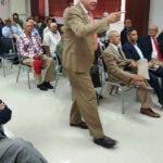 El General de Brigada Dr. Tirso Roa Castillo, P.N., mientras exponía sobre las medidas preventivas, para enfermedades cardiológicas a un nutrido grupo de oficiales de la Reserva Policial.