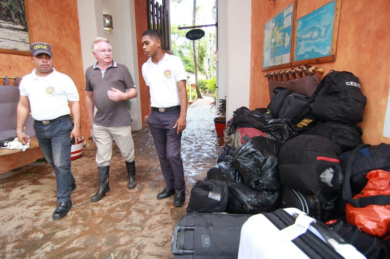 Philipe Gonin conversa con parte de los miembros del Cestur a los que dio asilo tras el paso del huracán  Irma. Foto: Elieser Tapia.