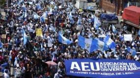 Los manifestantes anticorrupción, entre universitarios, trabajadores, docentes, campesinos, indígenas y otros partieron desde varios puntos de la ciudad hasta la plaza central de la Ciudad de Guatemala.
