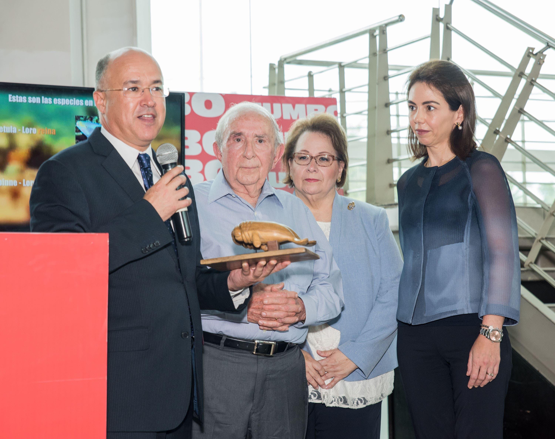 José Manuel González Corripio recibe el galardón del ministro Francisco Domínguez.