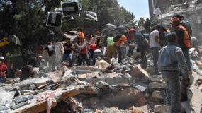 Grupo de personas remueven los escombros en uno de los edificios colapsados este martes en ciudad México. / AFP / Omar TORRES