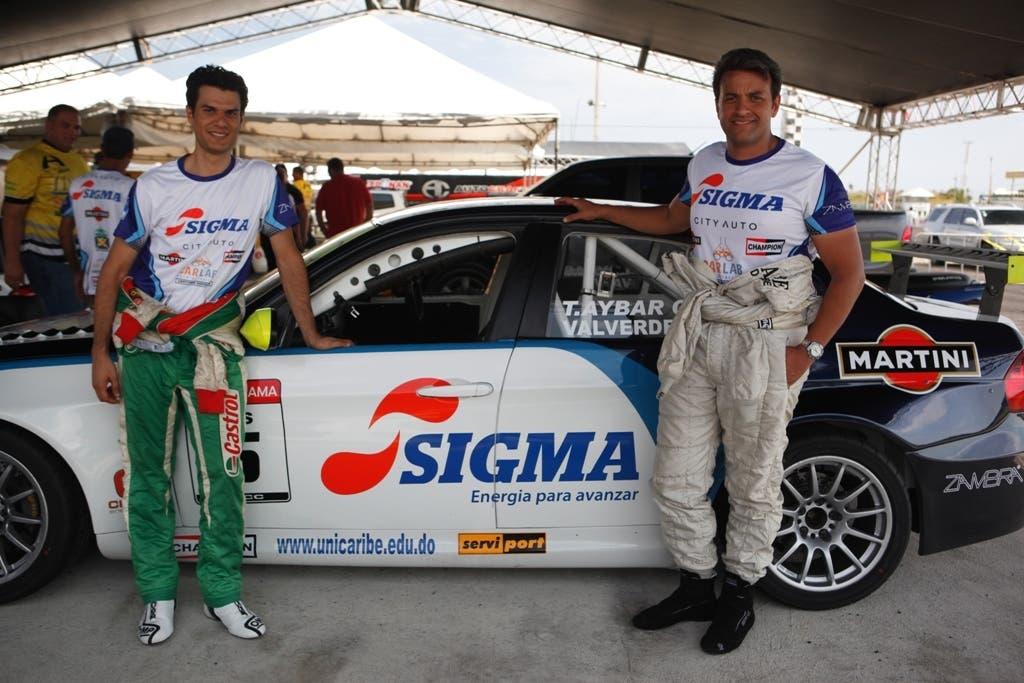 Tonino Aybar, derecha, junto a Milo Valverde, previo a una pasada competencia en el autódromo Sunix.