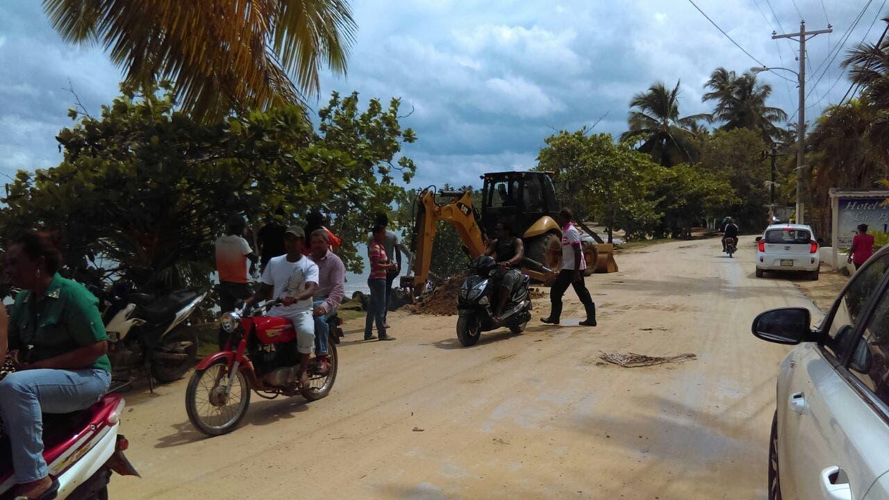 Equipos pesados son utilizados en la reparación de los daños provocados por el huracán en una de las calles de Nagua. Foto: Elieser Tapia/El Día.
