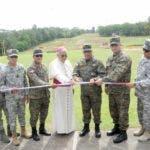 El ministro de Defensa, teniente general Rubén Darío Paulino Sem, corta la cinta para dejar inaugurada la pista de obstáculos del campamento militar 16 de agosto.