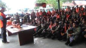Personal militar mientras recibía instrucciones sobre el uso de las motosierras.