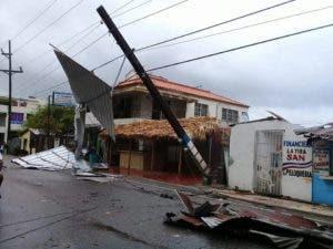 Las ráfagas de viento derribaron algunos postes del tendido eléctrico.