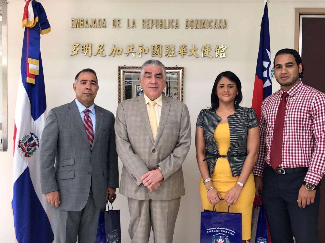 Taiwán entrena dominicanos en e-comerce; embajador Soto Jiménez los recibe en Taipei