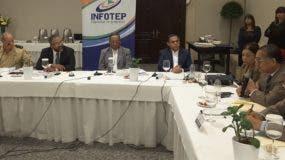 El director del Infotep, Rafael Ovalles, junto a los demás miembros de la Junta de Directores de la institución, durante el taller.