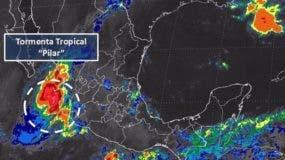 El Centro de Huracanes prevé que la tormenta permanezca muy cerca de la costa durante los próximos días, pero sin ganar fuerza de huracán.