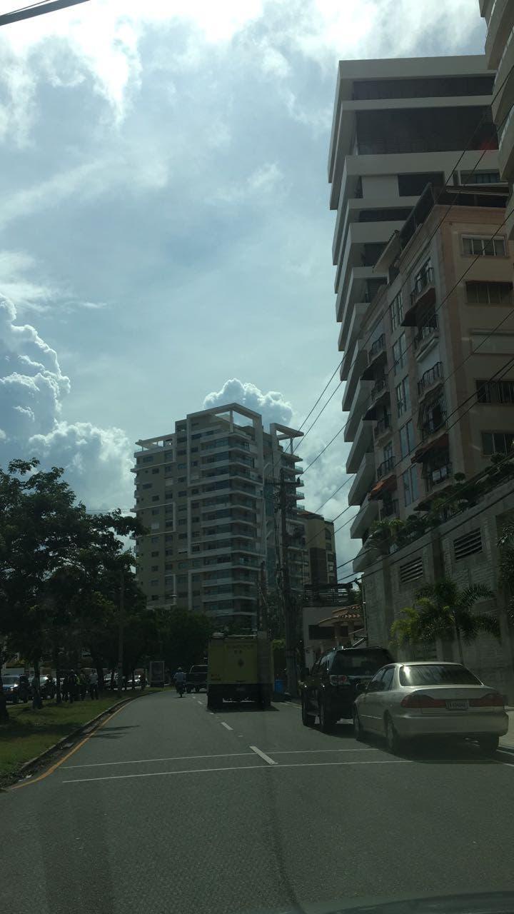 La mujer cayó del piso 16 de esta torre ubicada en la avenida Enriquillo.