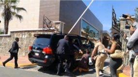 Afortunadamente la caída no causó lesiones a la periodista.