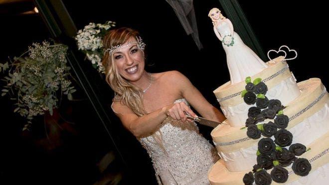 """""""Mi felicidad no depende"""" de un hombre, dijo la italiana Laura Mesi, quien dice ser la primera de su país en casarse con ella misma."""