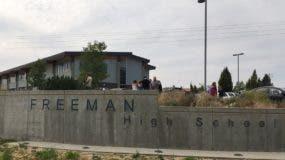 Unas personas se acercan a la secundaria Freeman después de que se reportó un tiroteo dentro del plantel ubicado en Rockford, Washington. Una persona murió y al menos otras tres resultaron heridas después de que una persona abrió fuego en la secundaria Freeman, informaron las autoridades. (KHQ via AP)