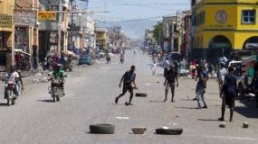Jóvenes juegan al fútbol en medio de una calle normalmente ocupada del centro, dejada vacía por una huelga de transporte en Puerto Príncipe, Haití. Los sindicatos llamaron a la huelga debido a los nuevos impuestos propuestos sobre licencias de conducir, gas y la propiedad, entre otras cosas. AP