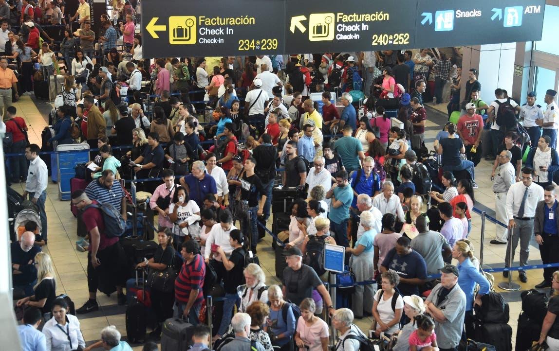 Los pasajeros esperan en largas filas durante un apagón en el Aeropuerto Internacional de Tocumen en Ciudad de Panamá. AFP