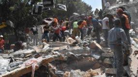 La gente retira los escombros de un edificio derrumbado buscando posibles víctimas luego de un terremoto que sacudió la Ciudad de México. AFP
