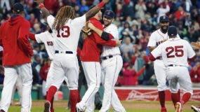 Los Medias Rojas de Boston celebran después de derrotar a los Astros de Houston  6-3  y ganar el campeonato de la División Este de la Liga Americana en Boston. AP