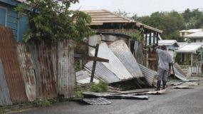 Un hombre revisa los restos de su propiedad tras el paso del huracán Irma en St. John's, Antigua y Barbuda. Las fuertes lluvias y vientos de hasta 297 kilómetros por hora (185 mph) azotaron Islas Vírgenes y la costa noreste de Puerto Rico, conforme Irma, el huracán más fuerte que se haya registrado en el Océano Atlántico, sigue su paso por el Caribe y podría golpear el sur de Florida. (AP Foto/Johnny Jno-Baptiste)