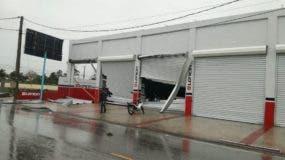 Los vientos del huracán María afectaron varios negocios en la zona.