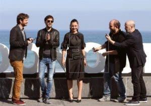 El director de cine Borja Cobeaga (2d) posa hoy con los actores Gorka Otxoa (i), Miren Ibarguren (c), Javier Cámara (d) y Julian Lopez (2i) durante la presentación de la película 'Fe de Etarras' en la 65 edición del Festival de Cine Internacional de San Sebastián. EFE