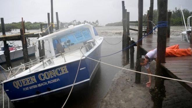 """Muchos barcos """"encallaron"""" en la arena en Tampa cuando el mar se retiró."""
