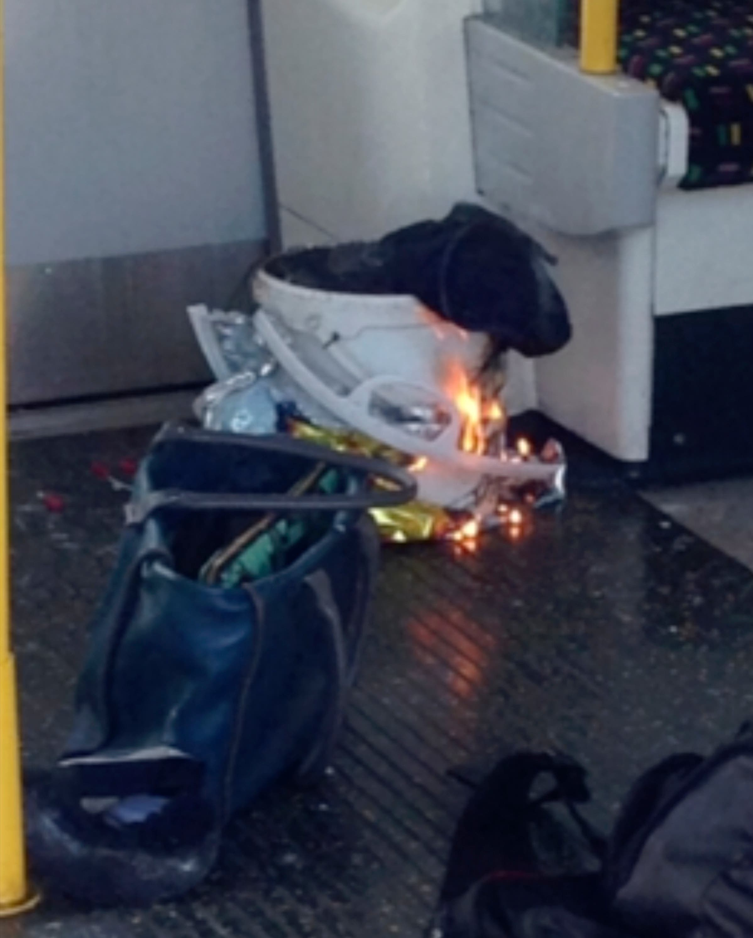 En esta escena tomada de un video, fuego en una estación de metro en el suroeste de Londres, el viernes 15 de septiembre de 2017. (@RRIGS via AP)