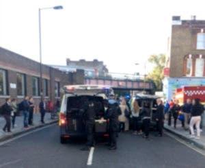 Agentes de policía ocupan los alrededores de una estación del metro de Londres después de una explosión el viernes 15 de septiembre de 2017. La explosión dejó 22 heridos y la policía lo trata como un ataque terrorista, el quinto en Gran Bretaña en lo que va de año. (@RRIGS via AP)