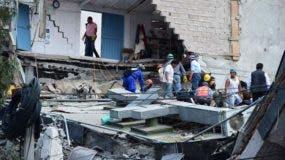 La gente busca posibles víctimas después de que murallas de un edificio se derrumbaron durante un terremoto en la Ciudad de México.
