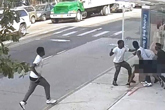 Se cree que los agresores son parte de una pandilla en Brooklyn.