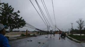 Ráfagas  de viento del huracán  Maria tumban poste eléctrico en Verón, provincia La Altagracia. Foto: Hillman Pimentel
