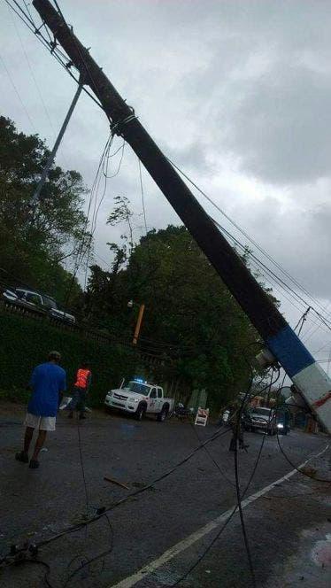 Ráfagas de vientos arrancan techos de viviendas, derriban árboles y postes del tendido eléctrico en Puerto Plata