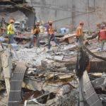 Los trabajadores de rescate siguen cavando en los restos de un edificio aplanado en la búsqueda de sobrevivientes en la Ciudad de México el 24 de septiembre de 2017, cinco días después del poderoso terremoto que azotó el centro de México. Un fuerte terremoto de magnitud 6,1 sacudió a México el sábado, causando pánico en la traumatizada Ciudad de México, donde los equipos de rescate que trataban de liberar a las personas atrapadas en el terremoto de la semana anterior tuvieron que suspender temporalmente el trabajo. / AFP / Omar Torres