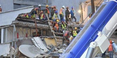 Trabajadores de rescate continúan buscando sobrevivientes en la Ciudad de México el 24 de septiembre de 2017, cinco días después del poderoso terremoto que azotó el centro de México. Un fuerte terremoto de magnitud 6,1 sacudió a México el sábado, causando pánico en la traumatizada Ciudad de México, donde los equipos de rescate que trataban de liberar a las personas atrapadas en el terremoto de la semana anterior tuvieron que suspender temporalmente el trabajo. / AFP