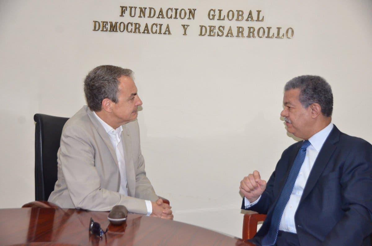 José Luis Zapatero y Leonel Fernández conversan durante la reunión. Foto tomada de @LeonelFernandez
