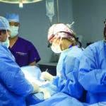 La única alternativa de tratamiento es quirúrgica, procedimiento seguro a través del cual se  extrae la paratiroides enferma.