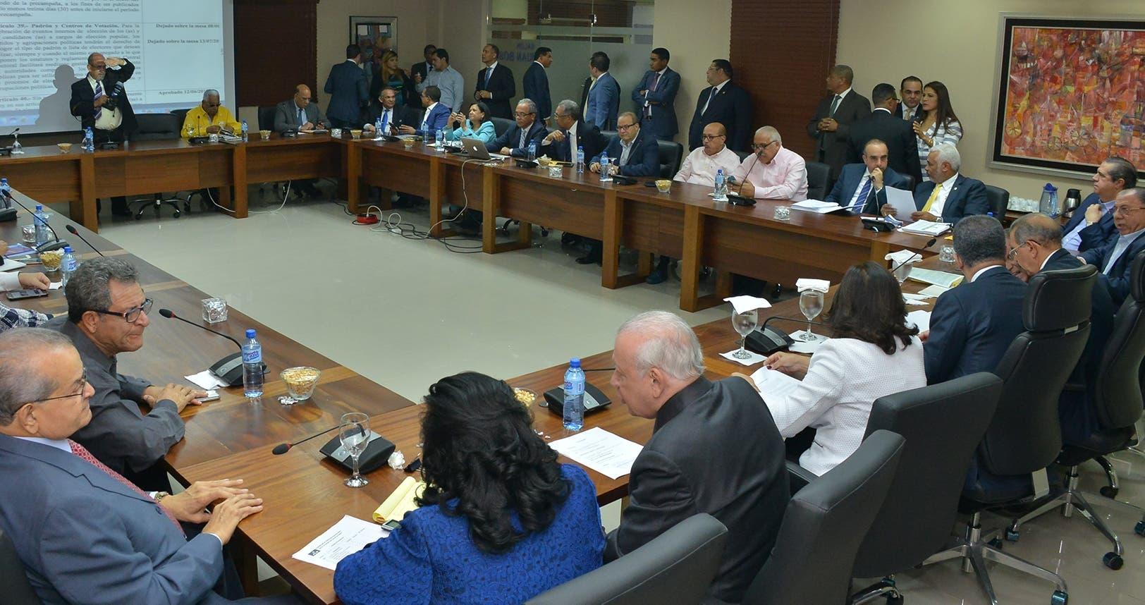 Momentos en que el  presidente Danilo Medina y el expresidente  Leonel Fernández encabezaban  la reunión del Comité Político.