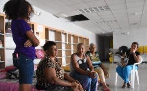 Miles de dominicanos y puertorriqueños permanecen en refugios oficiales porque perdieron todo.