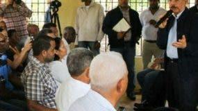 El presidente Danilo Medina habla con  productores de Dajabón.