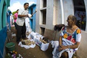 Los muertos de la comunidad maya de Pomuch regresan cada año al mundo de los vivos gracias a una tradición extraña y de origen confuso por la que sus seres queridos los desentierran, limpian y miman con distintas ofrendas para mostrarles su amor y veneración. EFE