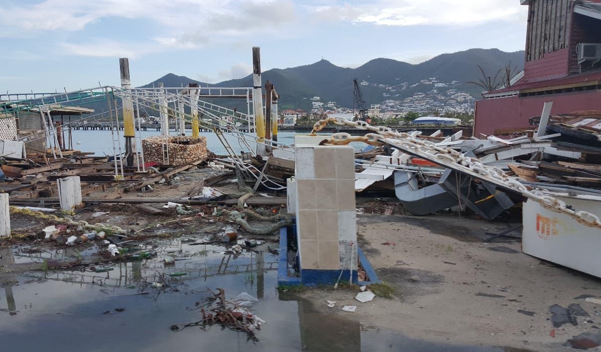 Las principales avenidas de la isla lucen con escombros  dejados  tras el paso del huracán.
