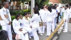 Los médicos  paralizaron los hospitales por reajuste de salarios.